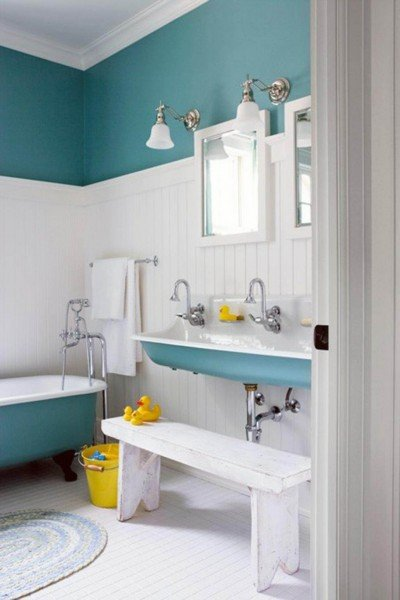 turquoise-and-white-bathroom-decorations-for-kids-with-bathtub-and-washbasin-915x1372