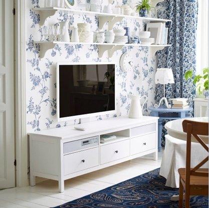 Mondjuk nem a porcelánt  tenném a tévé fölé, de így még egy romantikus nappaliban is elmegy!