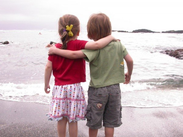 two-friends-images-pictures-photo-wallpapers-friends-wallpaper-love-valentines-grass-photos-glasses-smile-girl-child-children-kid-happy-kids-fortunately-copialrie-happynes-friendship-d