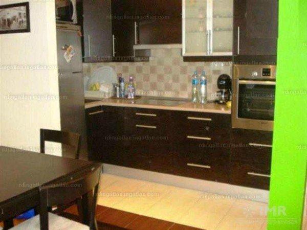 Drága lakás, drága konyha, botrányos fotó.