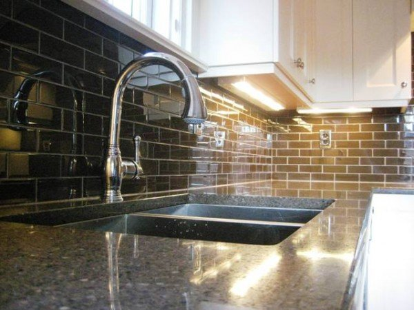 Kitchen-Backsplash-Ideas-With-Black-Granite-Countertop