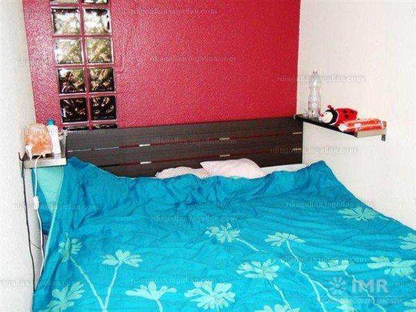 Még szerencse, hogy más nincs az ágy mellett! De az is sok, ami van. + málnaszínű fal, égkék ágynemű. Benyomás: ronda háló. Miközben ez egy drága lakás!