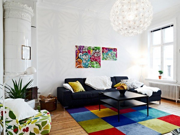 colors-and-patterns-intertwine-in-contemporary-traditional-living-room-600x450