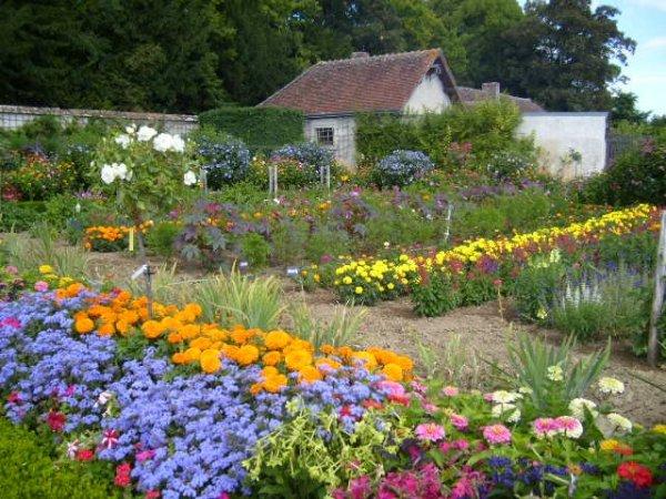 Chateau_de_Bouges_Flower_Garden_1