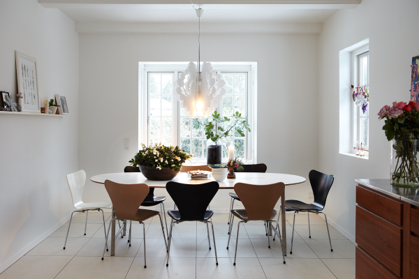 Contemporary-Scandinavian-Dining-Room-Design-with-Unique-Wooden-Oval-Dining-Table-Complete-with-the-Modern-Dining-Chairs-and-the-Scandinavian-Dining-Room-have-a-Stunning-White-Pendant-Lamps-Complete-with-th