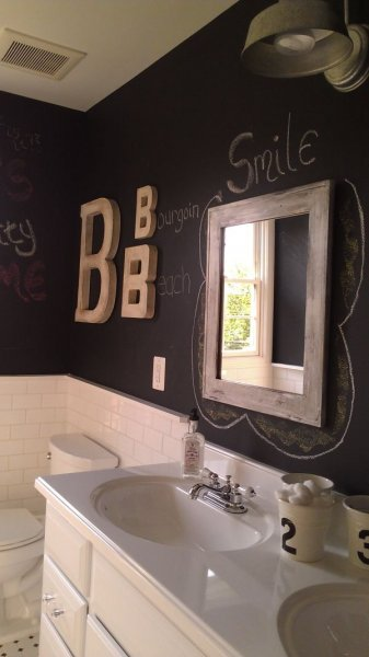 another-bathroom-with-wall-of-chalkboard