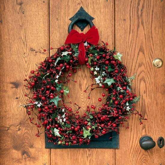 Door-wreath---Traditional-Christmas-decorating