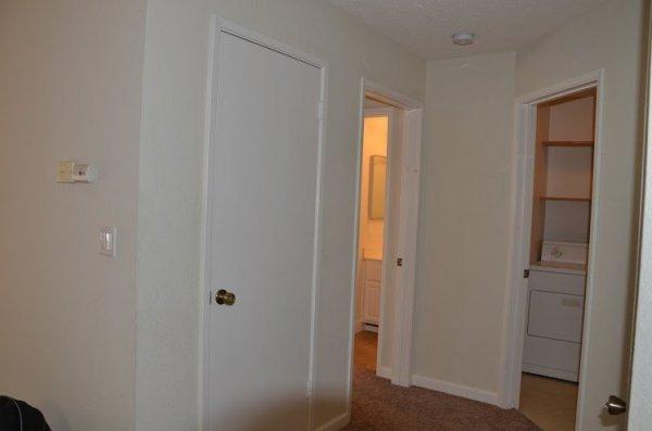 Ilyen volt: fehér falak, padlószőnyeg.