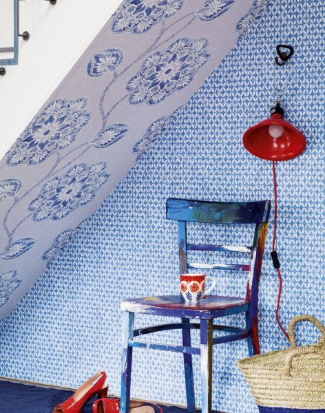 Blue-modern-hallway-with-patterned-wallpaper