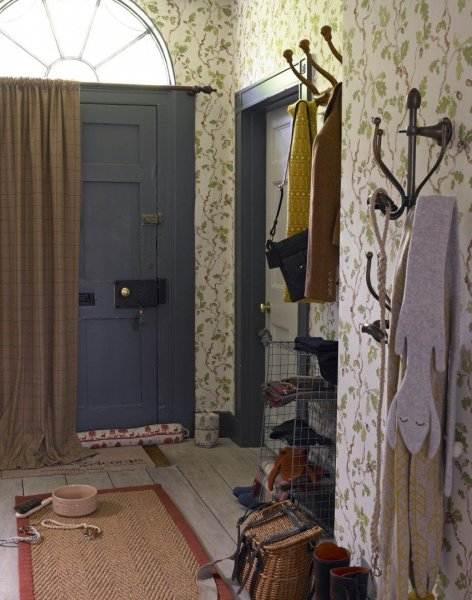 Country-hallway-with-floral-wallpaper