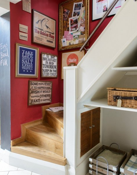 Eclectic-hallway-with-mismatched-frames
