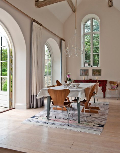 Traditional-dining-room-with-high-vaulted-ceiling