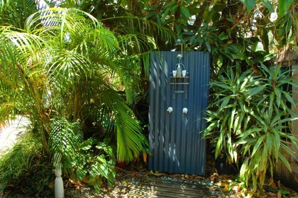 blue ginge byron bay two bedroom garden apartment outdoor shower