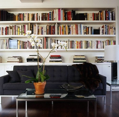Books-behind-a-sofa-in-Michael-Kors-apartment-designed-by-Glenn-Gissler