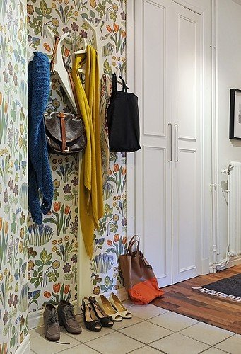 entryway,hallway,inspiration,interiors,wallpaper,white-af586db50ab6b36df91c60fcbed3e7fa_h